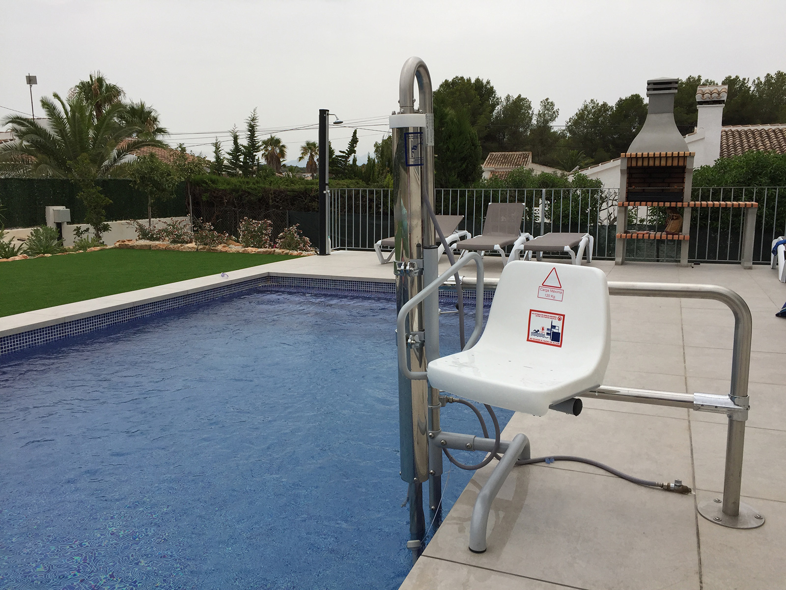 accessible-swimming-pool-hoist