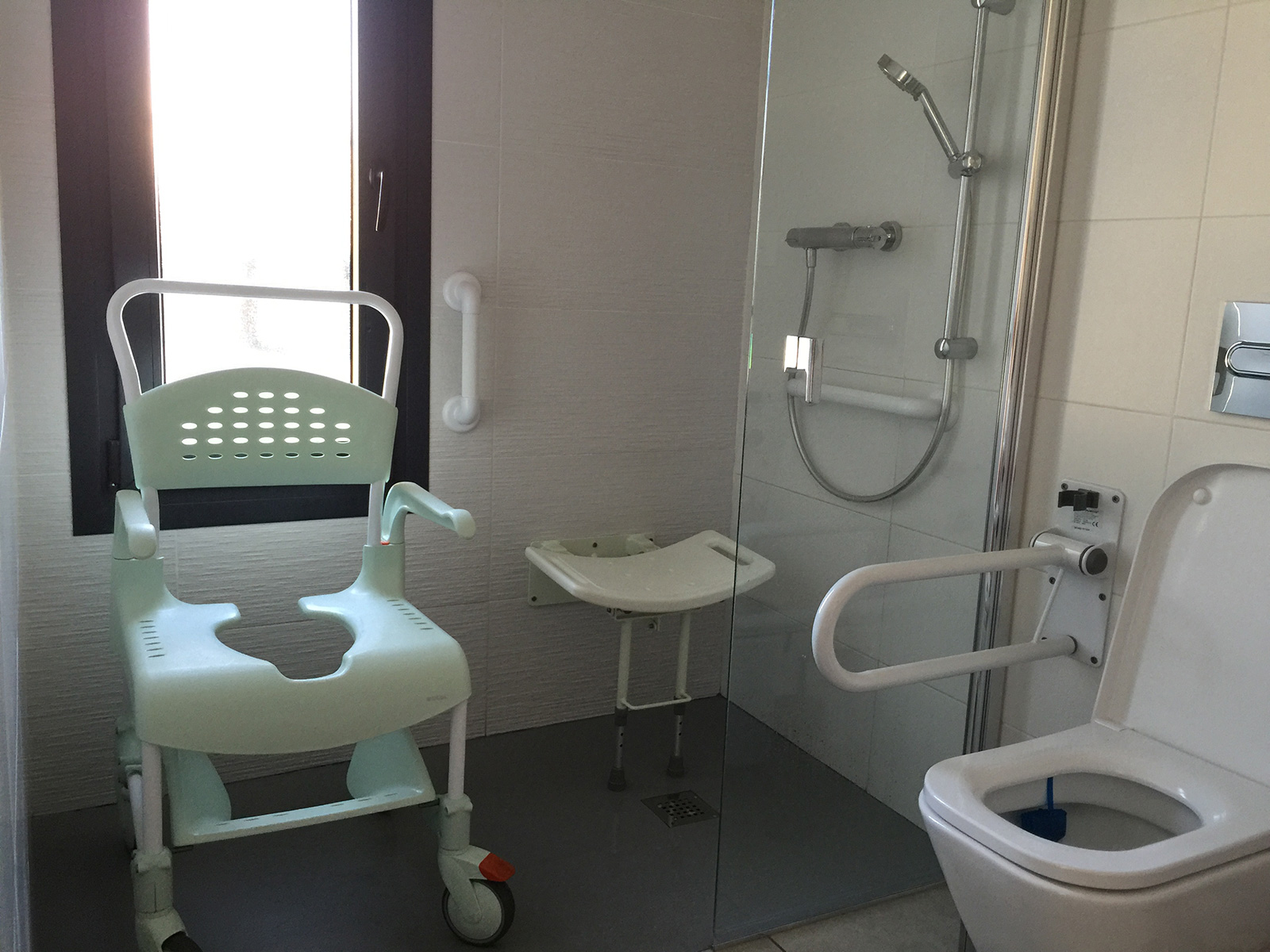 adapted-bathroom-family-holiday-villa